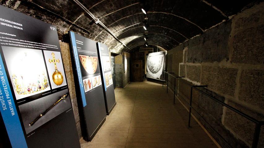 In den einzelnen Kammern erinnern Schautafeln an die einst hier gelagerten Kunstwerke, wie etwa die aus Wien nach Nürnberg verschleppten Reichskleinodien.