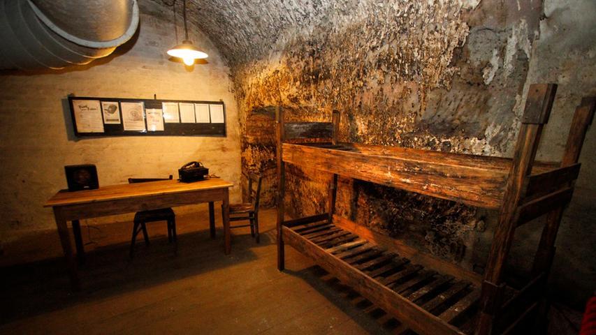 ...brachten sie schon ab 1940 die wichtigsten Kunstschätze der Stadt tief im Fels unterhalb der Burg in Sicherheit.