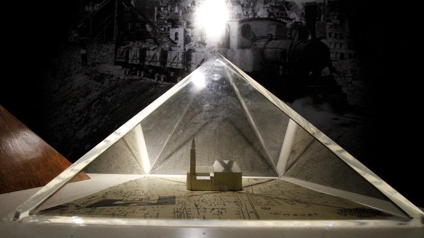 Größer als die Cheopspyramide in Ägypten war die Schuttmenge, die ab Sommer 1945 aus der Nürnberger Altstadt geschafft werden musste. Ein Modell mit der maßstabsgetreuen, im Vergleich winzigen Sebalduskirche macht das plastisch deutlich.