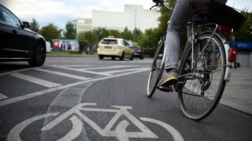 Bewegung im Alltag - mit dem Rad zur Arbeit zu fahren dient der Gesundheit.