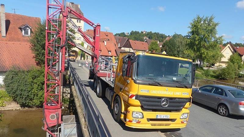 Auf der Hersbrucker Kuhpegnitzbrücke findet derzeit keine Ölbohrung statt, sondern eine Spezialfirma bringt an der Unterseite des Bauwerks Messstellen zur Überwachung der Standfestigkeit an.