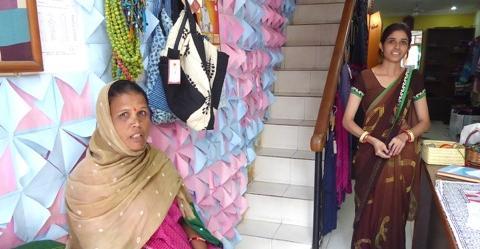 """Meera Sharma (links) näht Saris und bessert damit das Familieneinkommen auf. Sie arbeitet in Udaipur im Laden """"Sadhna"""", der von der Nichtregierungs-Organisation Seva Mandir betrieben wird."""