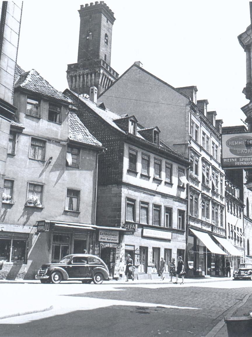In alten Fotografien leben Erinnerungen an die Sternstraße (heute Ludwig-Erhard-Straße) hinter dem Rathaus weiter, in der nicht nur das legendäre Café Fürst zu finden war...