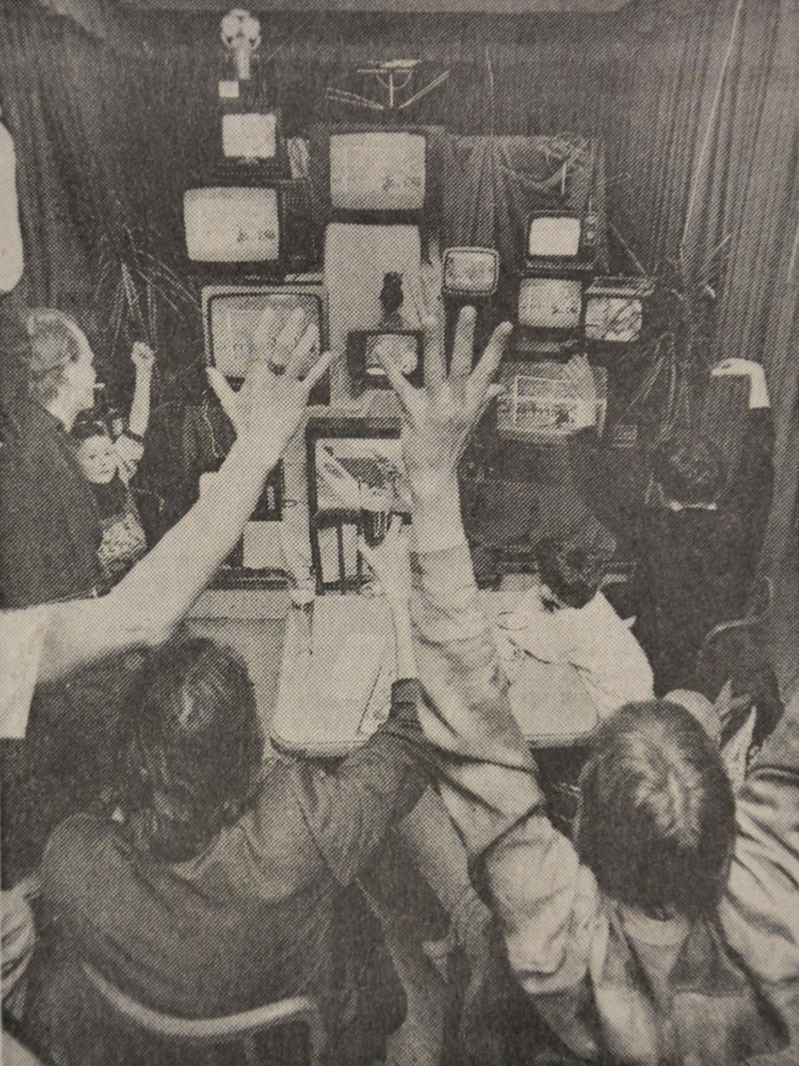 So sah  Public Viewing 1990 aus: Die Gäste im Café Fürst jubeln bei der WM vor mehreren Fernsehern.