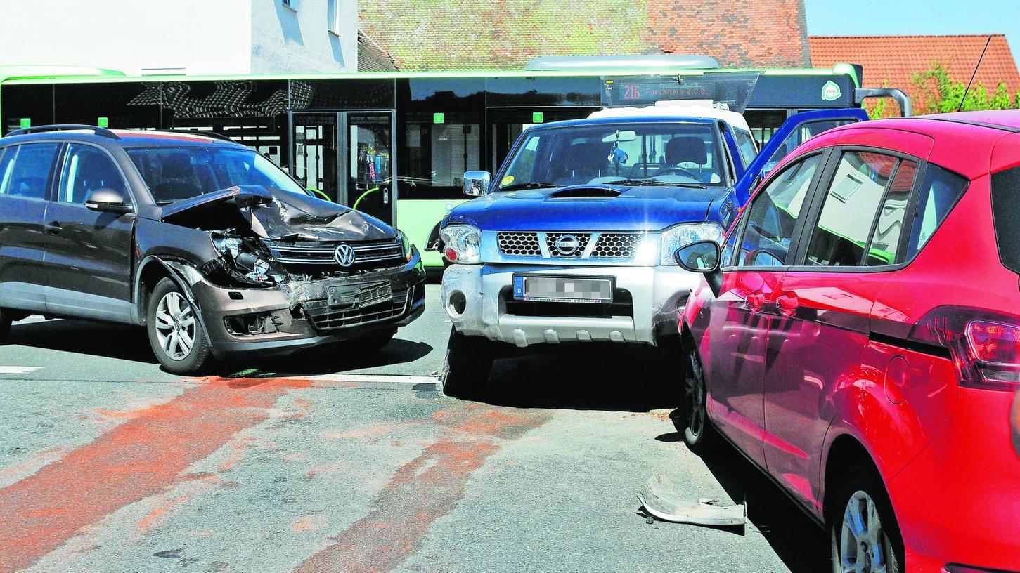 Der Fahrer des blauen Nissan hat übersehen, dass der VW Vorfahrt. Beim Zusammenprall schob der VW den Nissan auf einen wartenden Ford.