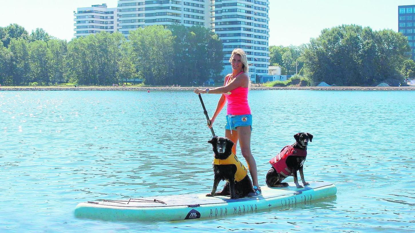 Unterwegs auf dem Wöhrder See: Yvonne Matuschek mit ihren beiden Hunden Pippa und Kira (rechts).