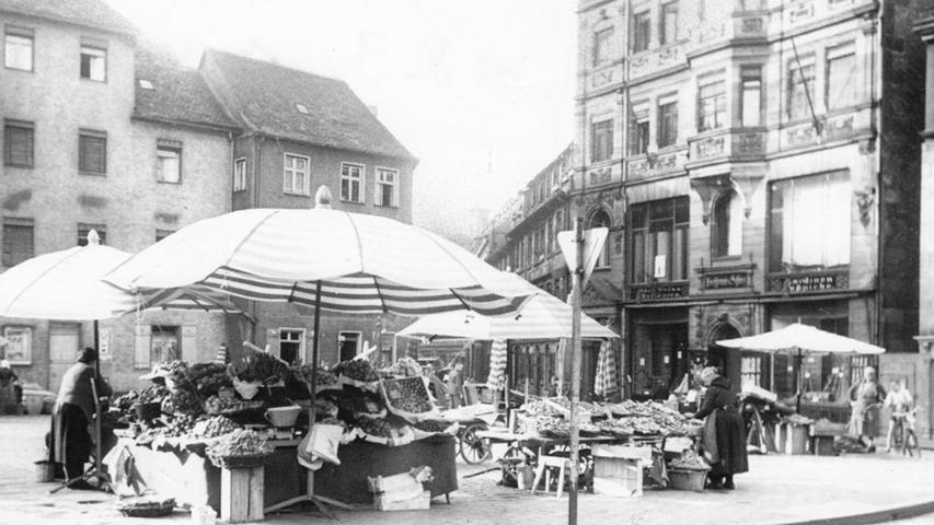 Nicht weit vom Kohlenmarkt fanden die Fürther den Obstmarkt, der Platz heißt seit 1880 bis heute so. 1906 errichtete man hier eine