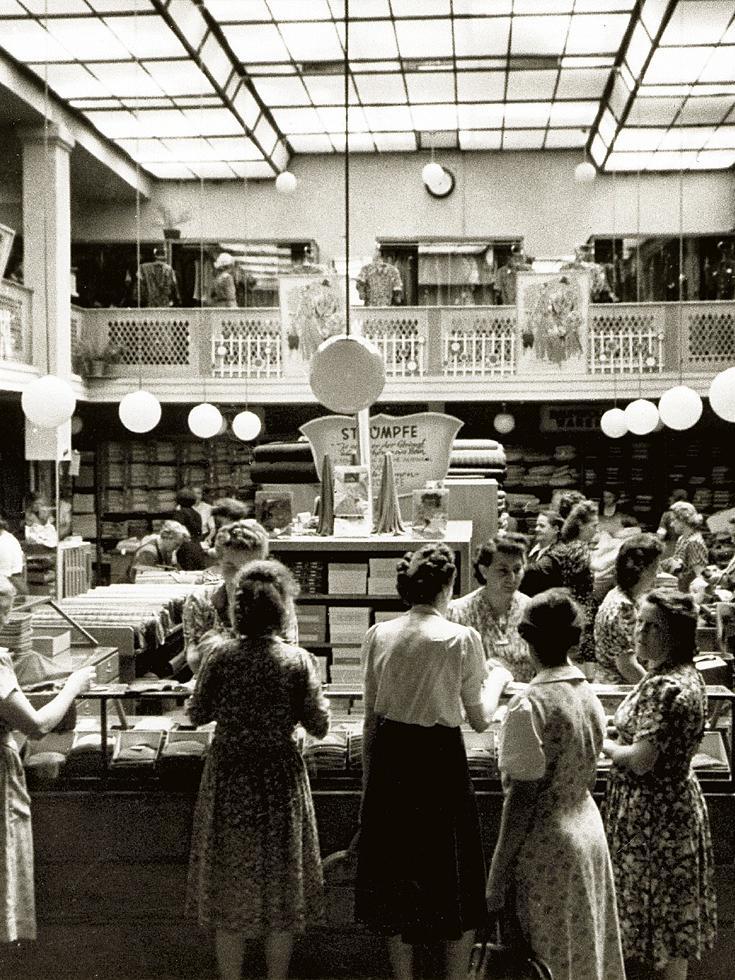Dieses Foto mit dem schönen Lichthof wird fälschlicherweise manchmal dem Kaufhaus Tietz zugeordnet - leider enthielt auch die Print-Ausgabe der FN vom Wochenende diesen Fehler. Tatsächlich gehörte der abgebildete Lichthof zum Modehaus Fiedler. Die Aufnahme wurde um 1950 gemacht.