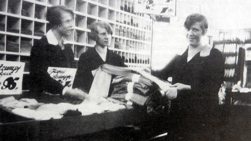 Trotz des prächtigen Gebäudes setzte das Kaufhaus Tietz auf günstige Preise. Die Devise der Warenhäuser war: billig verkaufen, um viel zu verkaufen, und viel verkaufen, um billig zu verkaufen. Im Bild: Verkäuferinnen der Weißwarenabteilung.