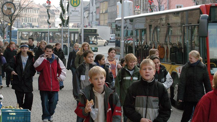 Oberirdisch können Fahrgäste von einem Busbahnhof aus weiterkommen. Wer ins Heinrich-Schliemmannn-Gymnasium ging, erinnert sich: Der Ansturm auf die Linienbusse am Rathaus ist nach Schulschluss besonders groß.