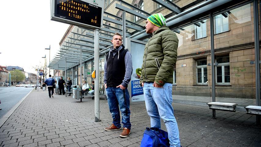 Warten auf den Bus - direkt vor dem Rathaus.