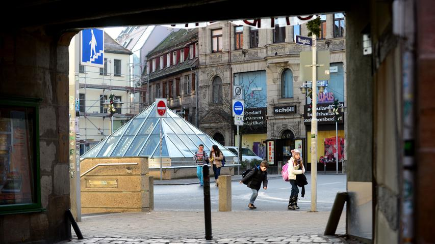 Der U-Bahnbau veränderte den Platz: Heute setzt eine gläserne Pyramide (hier der Blick aus der Waaggasse) einen unerwarteten Akzent und bringt Tageslicht in den Untergrund. Der U-Bahnhof