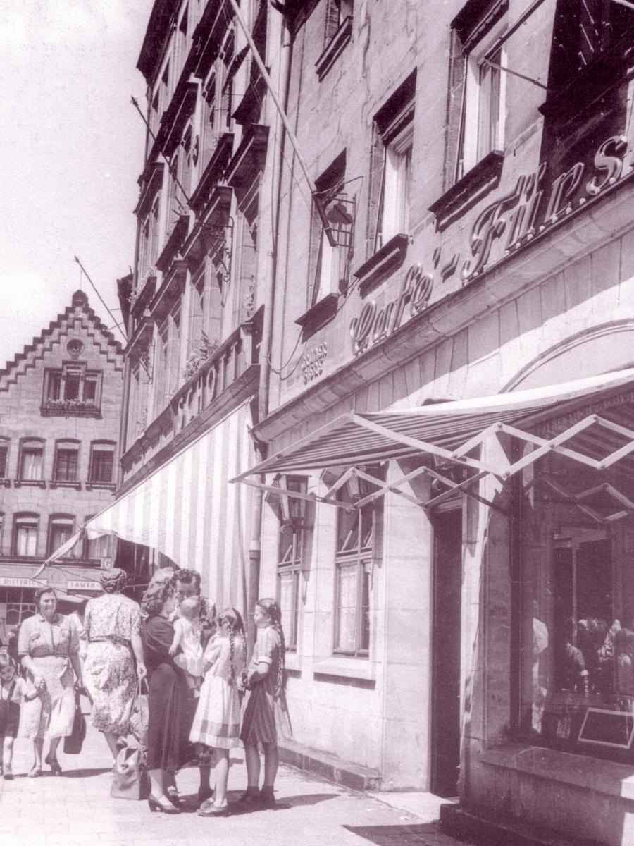 Das Café Fürst - hier eine Aufnahme aus dem Jahr 1949 - war zunächst ein klassische Kaffeehaus mit Flair und bekannt für seine berühmten Gäste, zu denen auch Max Grundig zählte. Vor dem Abriss erlebte es eine Renaissance als Szenetreff und Kleinkunstbühne.
