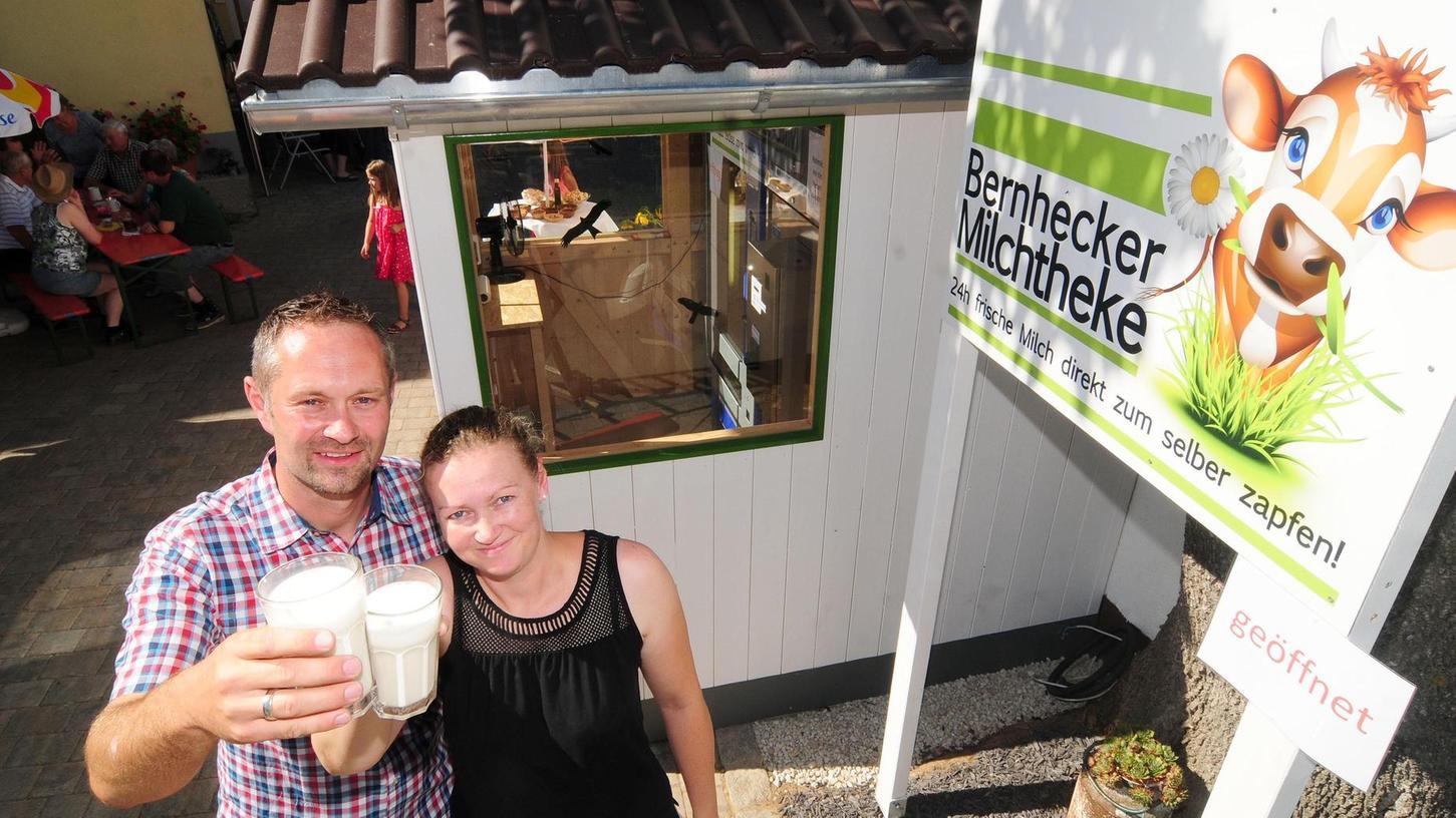 """In Bernheck bei Plech hat das Ehepaar Tanja und Jürgen Kalb (im Bild) eine Milchtheke eröffnet. """"Milchtheke"""" hört sich im ersten Moment nicht ungewöhnlich an, ist es aber dennoch."""