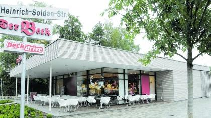 Am Wochenende können der Bäcker-Drive-In in Forchheim (li.) und das private Passivhaus in Bräuningshof besichtigt werden im Rahmen der «Architektouren» der Architektenkammer.