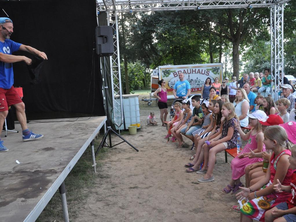 Kinderprogramm im Engelgarten und Handwerkerhof in Höchstadt;..Hier Zauberer Manolo..Foto: Paul Neudörfer