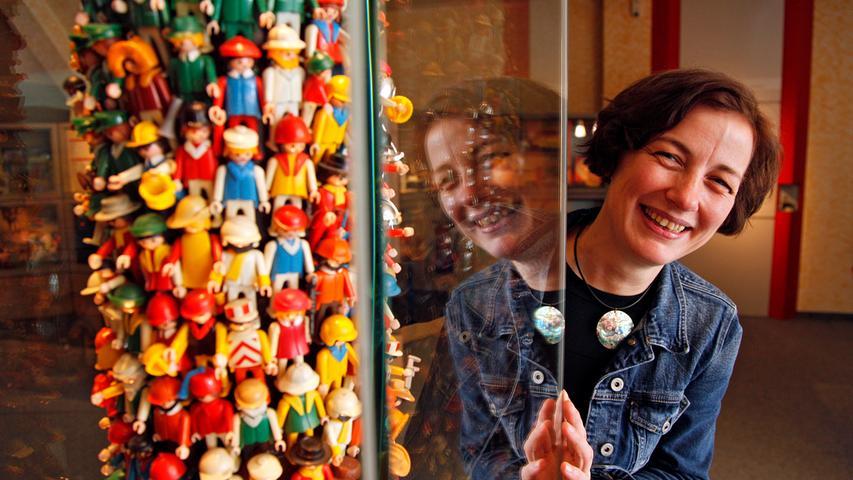 Wie der Zirndorfer Playmobil-Produzent geobra Brandstätter aus einer simplen Idee ein Weltimperium erschaffen hat, das beeindruckt auch Karin Falkenberg, Leiterin des Nürnberger Spielzeugmuseums. Mit der stets freundlich dreinblickenden Kunststoff-Figur habe es das Familienunternehmen geschafft, sich aus der Menge der einst zahlreichen Spielzeughersteller in Franken abzusetzen. Geglückt ist das nicht von heute auf morgen.
