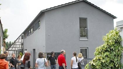 Architekt Tim Gräßel (an der Hauswand) hat der Familie Busch am Hang des Burgbergs ein Haus geplant und bis zur Schlüsselübergabe betreut, das der Jury der Architektenkammer als ausgesprochen vorzeigbar gilt.
