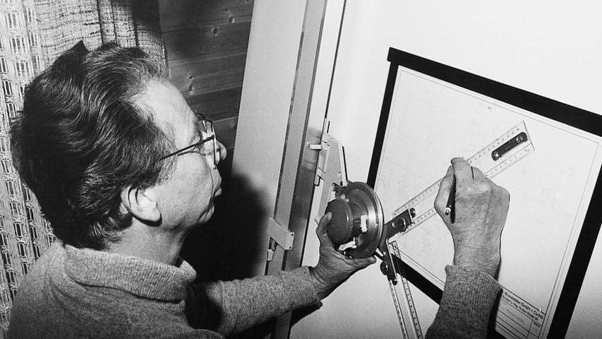 Um das Unternehmen zu retten, suchte Horst Brandstätter nach einem Produkt, das wenig Material benötigt. Die Lösung präsentierte Mustermacher Hans Beck (siehe Bild).
