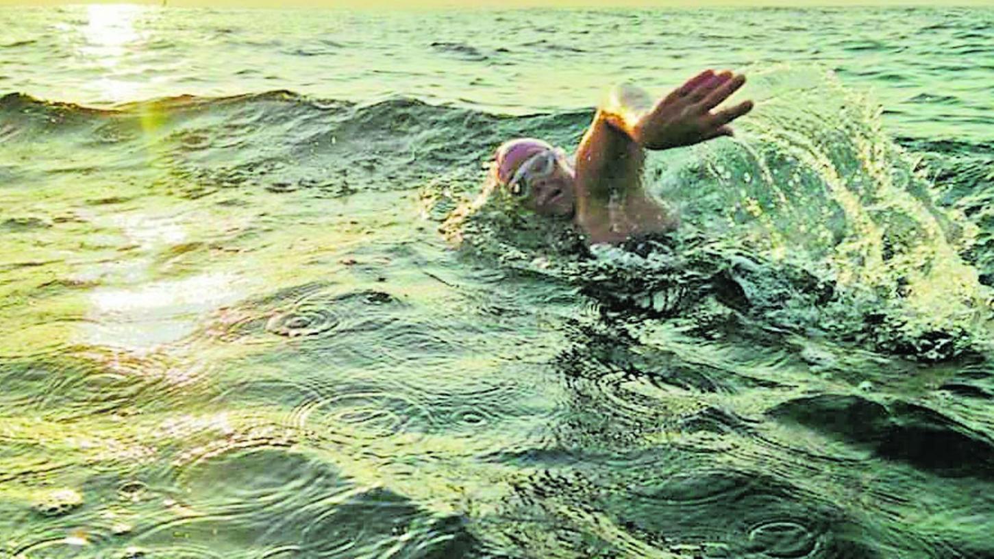 Die Rother Schwimmerin Mirjam Schall bei ihrem Rekordversuch, der doppelten Querung des Fehmarnbeltes als erste Frau. Das Ziel war schon in Sichtweite, doch die Strömung wurde zu stark.