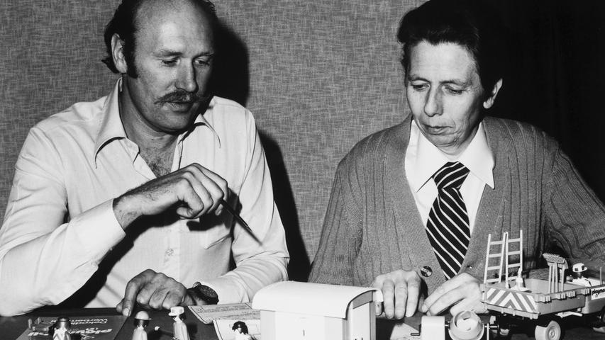 Und zwar mit seinen Playmobil-Figuren. Als das Spielgerät 1974 auf der Nürnberger Spielwarenmesse vorgestellt wurde, war die Resonanz zwar noch verhalten. Außerdem stand Playmobil in seinen ersten Jahren in Konkurrenz zu den - etwas größeren - Spielfiguren Playbig des ebenfalls fränkischen Produzenten Big. (Das Foto zeigt Horst Brandstätter, links, und Hans Beck in den 1970er Jahren.)