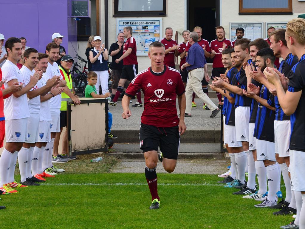 Zum 100-jährigen Jubiläum des FSV Bruck spielte eine Ü32-Stadtauswahl gegen  eine Traditionsauswahl des 1. FC Nürnberg (rot). Hier läuft Marek Mintal  ein..Foto: Klaus-Dieter Schreiter.