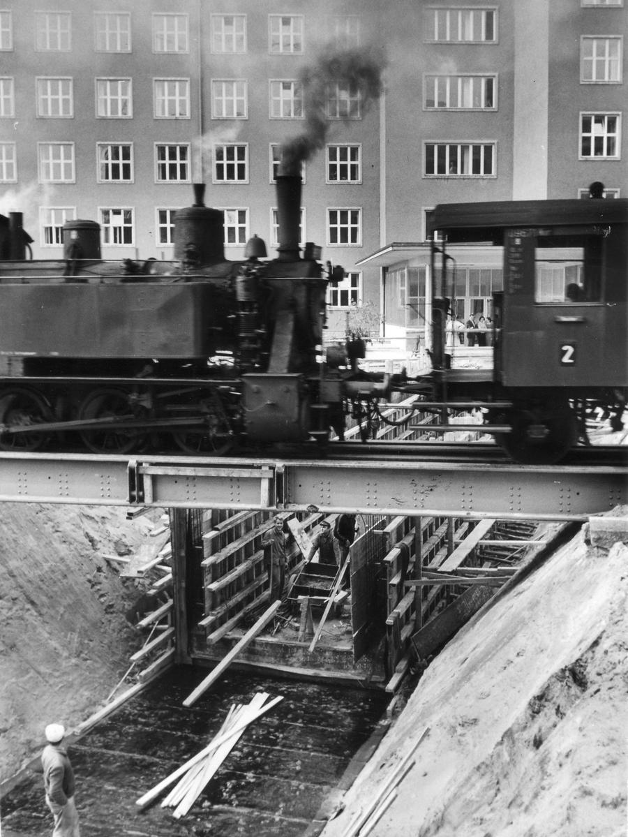 Die Sekundärbahn und die Gräfenbergbahn waren untrennbar miteinander verbunden. Von Erlangen konnte man bis nach Gräfenberg durchfahren, musste dazu lediglich in Eschenau umsteigen. Auf unserem Bild von 1957 rollt die