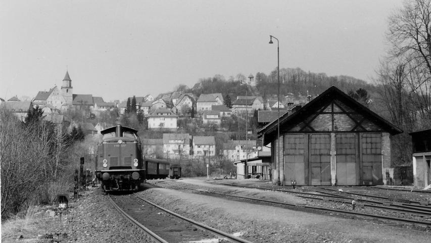 1957 sah der Gräfenberger Bahnhof übrigens so aus. Im Vergleich zu den älteren Bildern sehen die Züge nun schon deutlich moderner aus. Vier Jahre später wird der Zugverkehr von Eschenau nach Erlangen eingestellt - der Anfang vom Ende der Sekundärbahn. Der letzte Personenzug fährt am 17. Februar 1963 auf der restlichen Strecke.