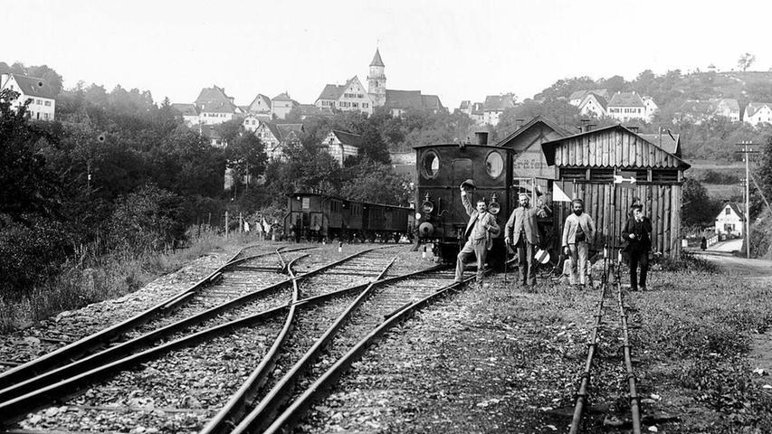 Lang lang ist's her: So sah der Gräfenberger Bahnhof um 1900 aus. Die Männer trugen noch Hüte, Fachwerk war noch Trumpf. Zu dieser Zeit, genauer gesagt am 1. Februar 1908, beginnt die mittlerweile über 100-jährige Reise der Gräfenbergbahn. An diesem Tag nahm die Bayerische Staatsbahn den Verkehr von Nürnberg Nordost bis Heroldsberg auf.