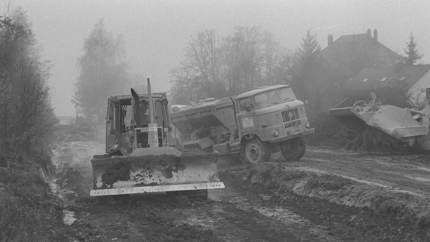 Bei den Bauarbeiten traten urplötzlich ungeahnte Probleme auf: Die Arbeiter fanden Waffen aus dem zweiten Weltkrieg. Und ja, auch dieses Bild ist von 1998.