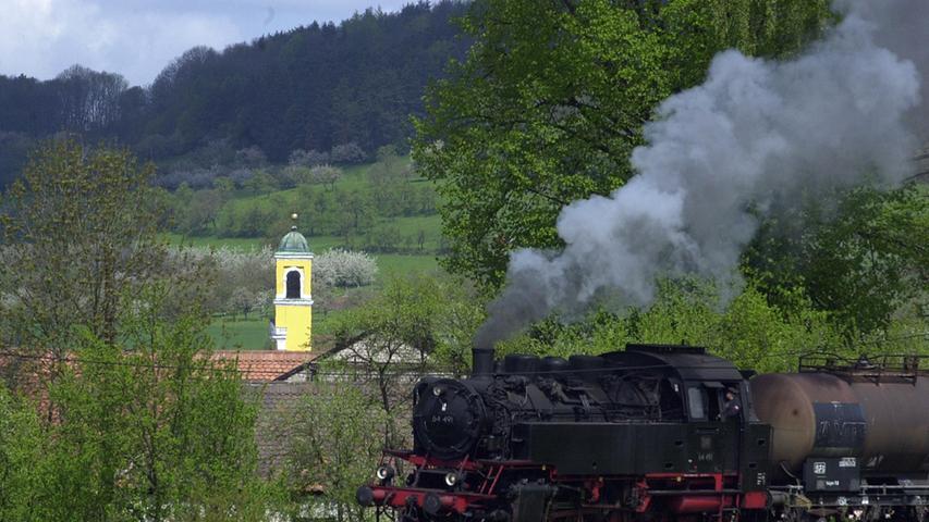 Zum einhundertjährigen Jubiläum im Jahr 2008 fuhr die Gräfenbergbahn nochmal wie in alten Zeiten. Hier passiert der Zug Igensdorf.