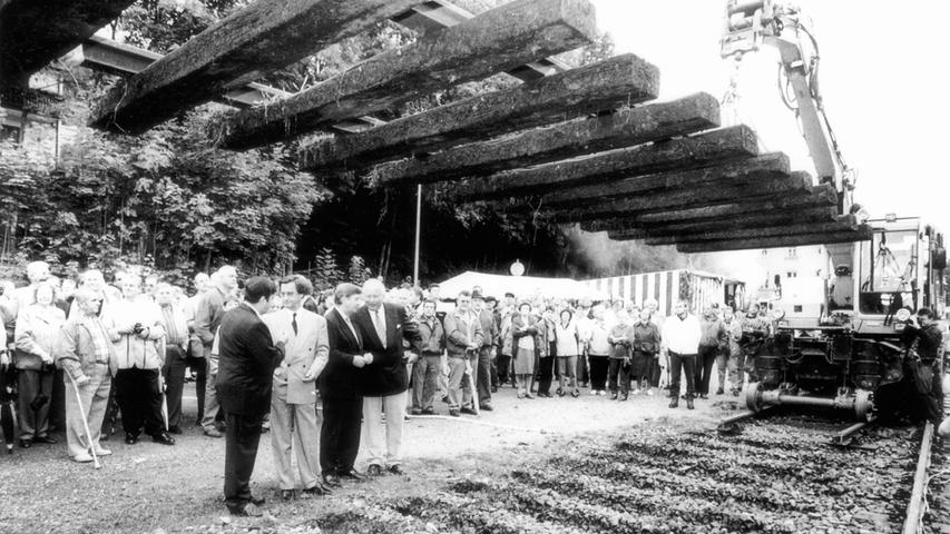Man mag es kaum glauben, aber ja, dieses Bild stammt aus dem Jahr 1998. Damals gab es noch schwarz-weiße Fotos in der Tagszeitung und das hier ist eines davon. In diesem Jahr wurde beschlossen, die Bahnstrecke für heute umgerechnet 27 Millionen Euro zu modernisieren.