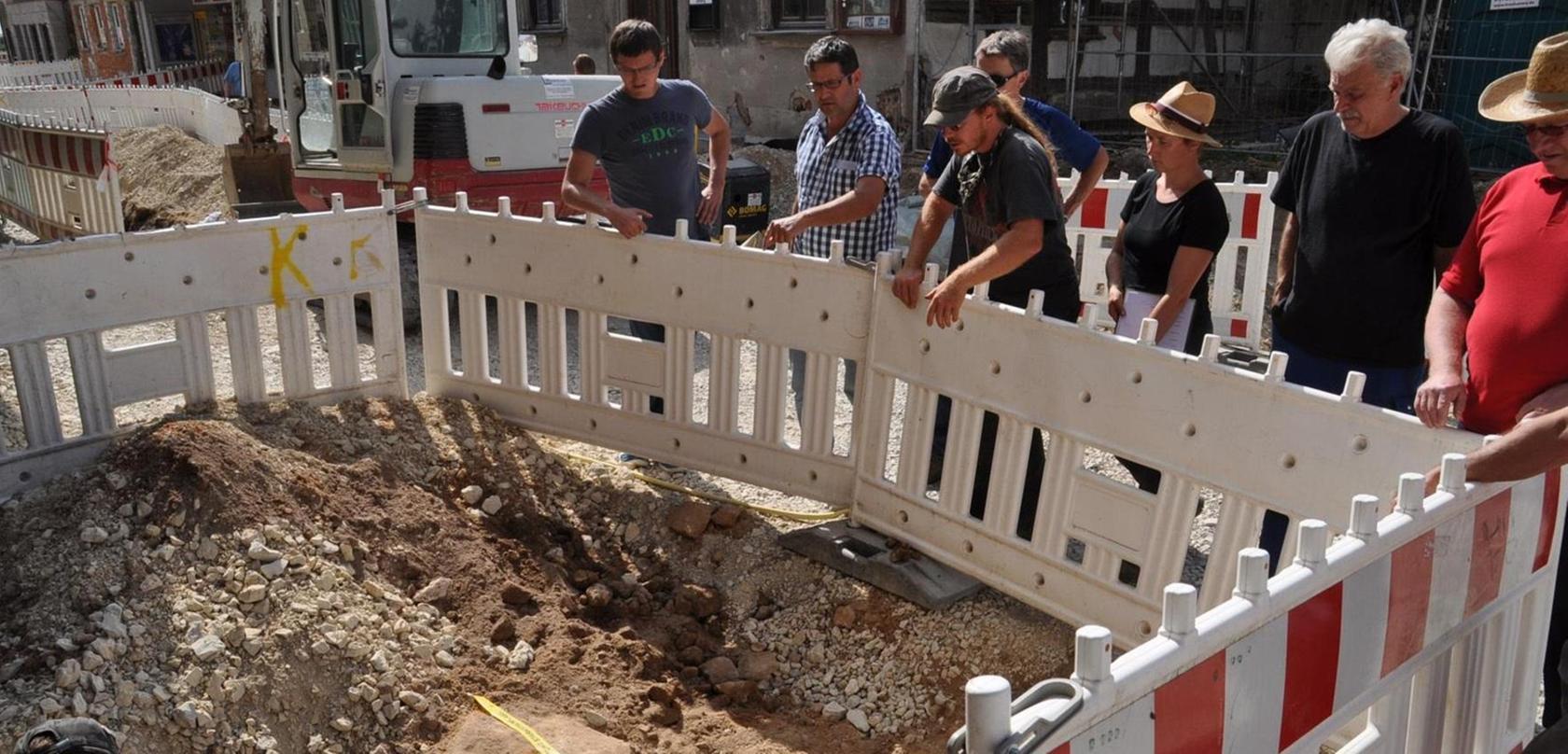 Teile des zweiten Rings der Stadtmauer werden derzeit in der Hauptstraße freigelegt.
