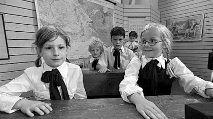 Strenge Sitten: Den Unterricht in einer Bildungsstätte um 1909 führten die Schülerinnen und Schüler der Theatergruppe beim Festakt zum 100-jährigen Bestehen der Frauenschule vor.
