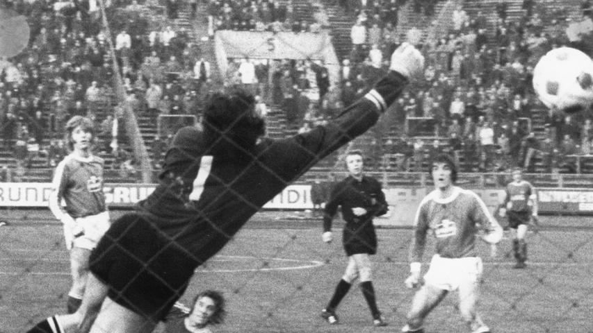 Waren schon Abwehrspieler dabei? Falls ja, Norbert Eder ist der nächste. Er ist im Klub der 300er dabei, denn er lief 315 Mal für den 1. FC Nürnberg auf. Auch seine 29 Tore können sich sehen lassen. Seine erfolgreichste Zeit hatte er dennoch beim FC Bayern München: Zwischen 1984 und 1987 wurde er drei Mal Deutscher Meister und ein Mal DFB-Pokalsieger.