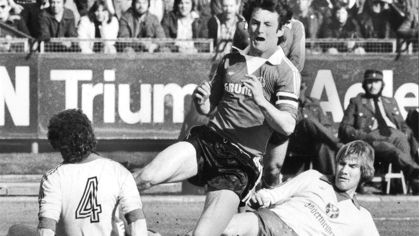 Die Abwehspieler hielten es wohl am längsten beim 1. FC Nürnberg aus. Auch Peter Stocker verteidigte als Abwehrchef sehr häufig für den Club und bringt es sogar auf 263 Spiele. Wie hier gegen Eintracht Braunschweig musste der Verteidiger oft harte Tritte seiner Gegenspieler einstecken.