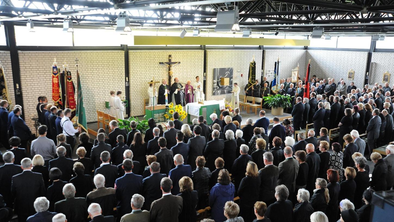 Unüberschaubar war die Zahl der Gottesdienstbesucher beim Requiem in St. Elisabeth: Postbauer-Hengs Pfarrer Markus Fiedler zelebrierte es mit Dekan Monsignore Richard Distler und Ruhestands-Pfarrer Alfred Hausner.