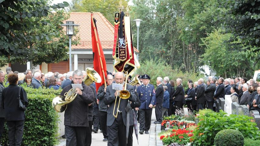 Angeführt von der Blaskapelle Dirnhofer aus Stauf und geleitet von den zahlreichen Fahnenabordnungen der Vereine der Gemeinde bewegte sich der große Trauerzug über den Friedhof in Heng.