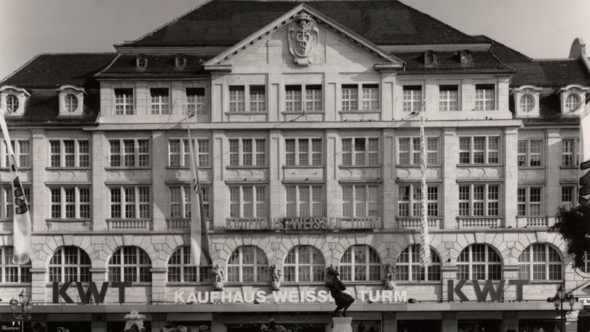 Es ist wohl unbestritten, dass das Kaufhaus deshalb als Aushängeschild der Wöhrl-Historie zählt. Das Objekt am Weißen Turm wurde deshalb 1986 weiter ausgebaut. Das Bild liegt natürlich schon ein paar Jährchen länger zurück.