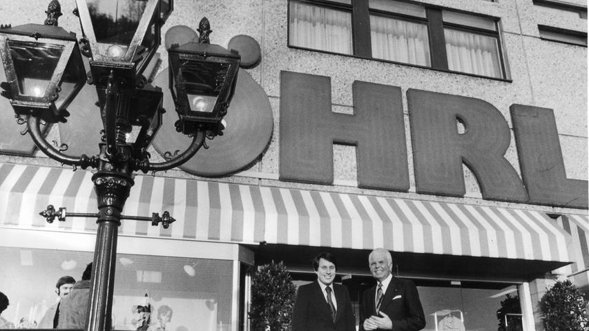 In den 70er Jahren kamen viele neue Filialen hinzu. Hier zeigt sich Rudolf Wöhrl senior mit Sohn Gerhard vor dem Eingang des neunten Wöhrl-Hauses im Einkaufszentrum in Langwasser.