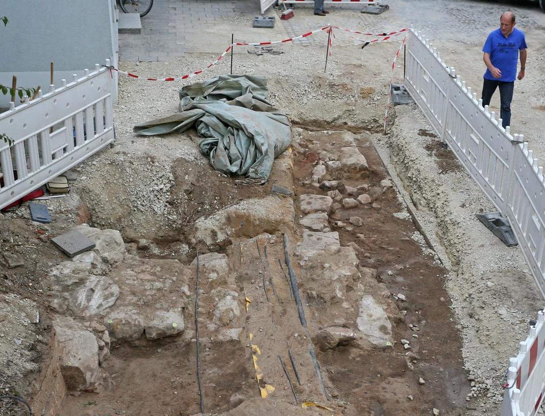 Hinter den quer zur Straße verlaufenden Resten der einstigen Stadtmauern sind in Fahrtrichtung zwei Steinblöcke mit glatter Kante zu sehen – es ist die Innenseite des einstigen Bamberger Tores.