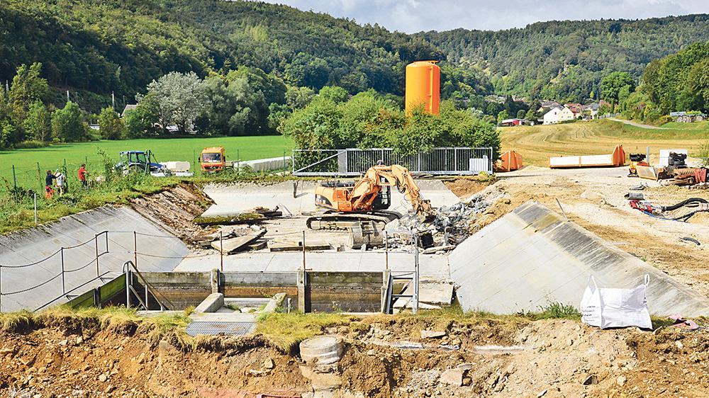 Kompletter Rückbau: Das große Becken und die Aufschüttungen der alten Solnhofener Kläranlage werden derzeit entfernt, damit wieder Stauraum für die Altmühlhochwasser vorhanden ist.