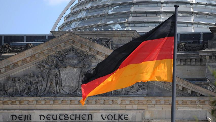 Am 26. September 2021 ist der Wahltermin. Alle vier Jahre wird im Regelfall der Bundestag neu gewählt. Die Zeitspanne, in der eine neue Bundestagswahl stattfinden muss, ist inArtikel 39 des Grundgesetzes erläutert. Darin steht, dass die Neuwahl frühestens 46, spätestens 48 Monate nach Beginn der laufenden Wahlperiode stattfindet. Die konstituierende Sitzung der aktuellen Besetzung fand am 24. Oktober 2017 statt. Folglich mussdie kommende Wahl zum 20. Deutschen Bundestagzwischen Ende August und Ende Oktober 2021 stattfinden.