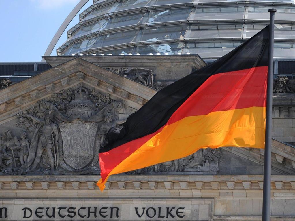 Die Deutschlandfahne weht vor dem Reichstag in Berlin. Doch welche Werte hinter der Flagge stehen sollen, darüber sind sich die Parteien auch weiterhin nicht einig.