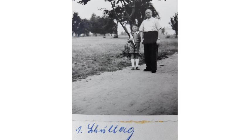 Der Stolz ist dem Vater anzusehen, während der Nürnberger Manfred Richter an diesem besonderen Tag mit seiner Schultüte posiert.