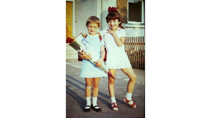Natürlich darf die beste Freundin am ersten Schultag nicht fehlen: Gabriele Oyss (geb. Fleischhauer) mit ihrer damals beste Kindergarten- und Schulfreundin Heike (rechts) im September 1969 in Petersaurach.