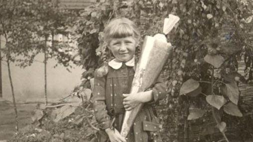Einen interessanten Familien-Vergleich liefert Brigitte Scharrer aus Schwabach, die mit einem Foto ihrer Einschulung im Jahr 1957 den Anfang macht.