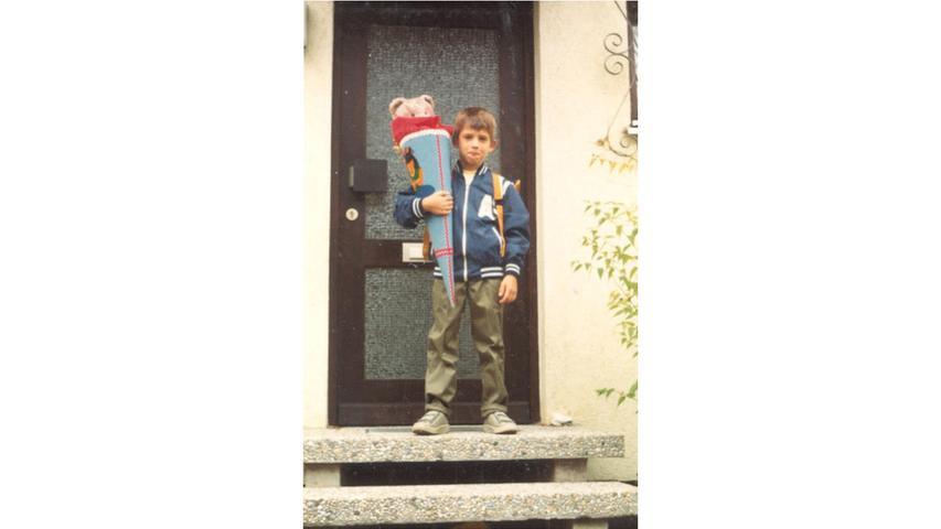 Lässig mit einem Teddybären in der Schultüte zeigt Brigitte Scharrers Neffe Michael 1986, dass er bereit ist, die Schulbank zu drücken.