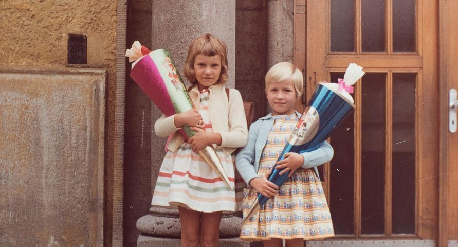 Immer wieder gern kramt Ulrike Reich-Zmarsly aus Nürnberg ihr Einschulungsfoto vom September 1961 heraus. An ihrer linken Seite: Schulfreundin Edeltraud. Mit freundlichen Grüßen
