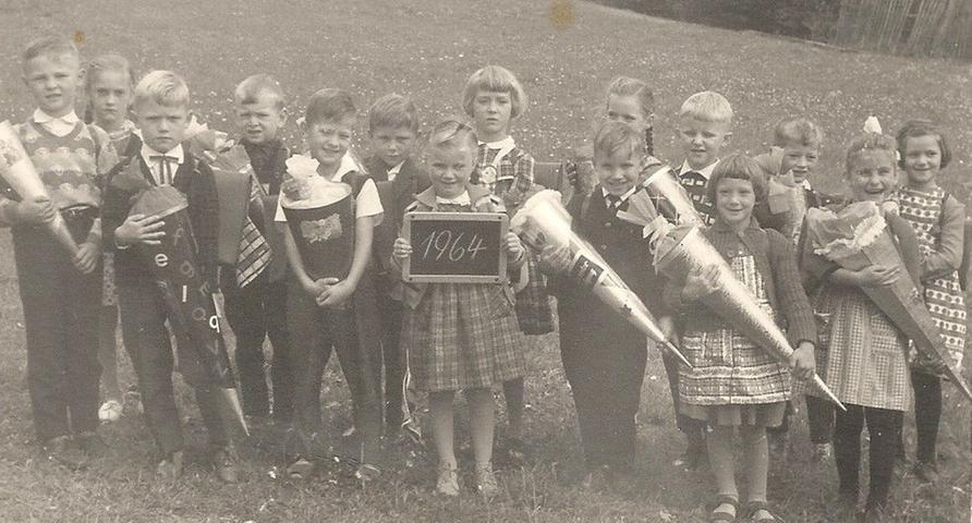 Mit einem herzhaften Lachen begann Ingrid Pfeiffer (Zweite von rechts) 1964 ihre Zeit an der Volksschule in Herpersdorf bei Dietenhofen.